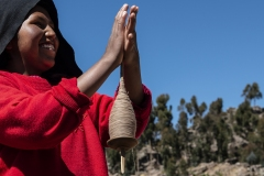 Hands Spinning Titicaca Lake Perù